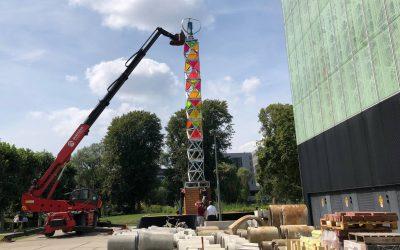 Windmolen met zonnepanelen erop kan festival liters diesel besparen